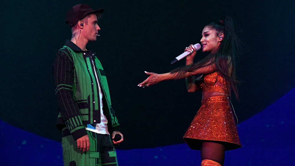 Justin Bieber y Ariana Grande actuando juntos