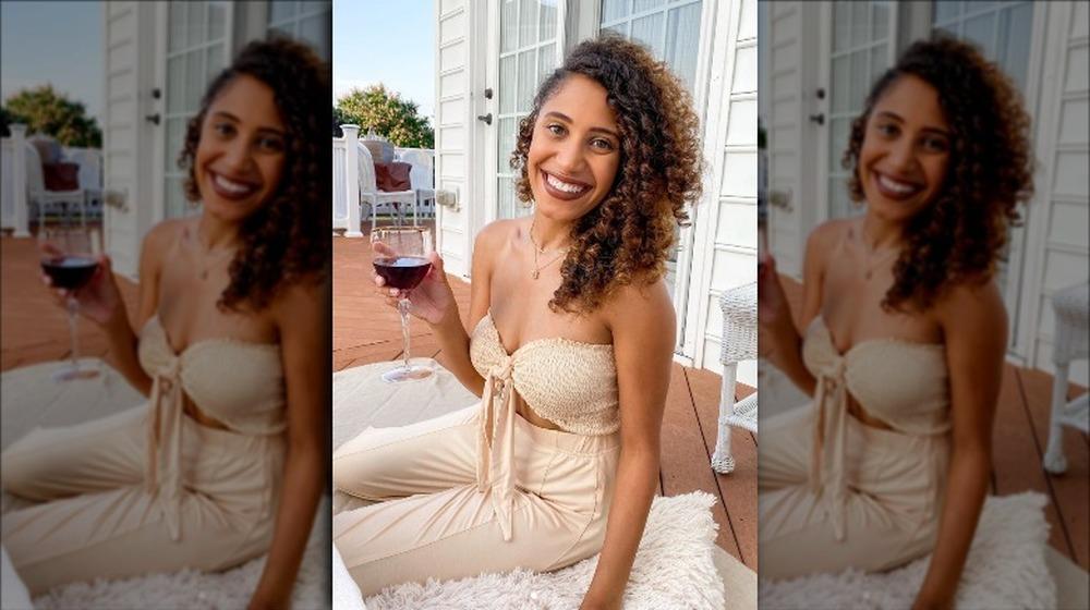 Ryan Claytor posando con una copa de vino en Instagram