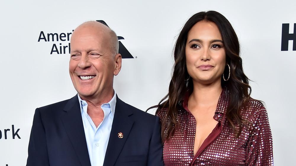 Bruce Willis y Emma Hemming Willis posando
