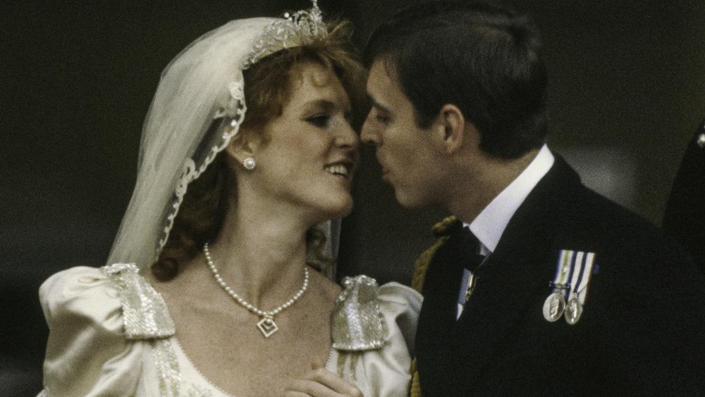 Sarah Ferguson y el príncipe Andrew sonriendo el día de su boda