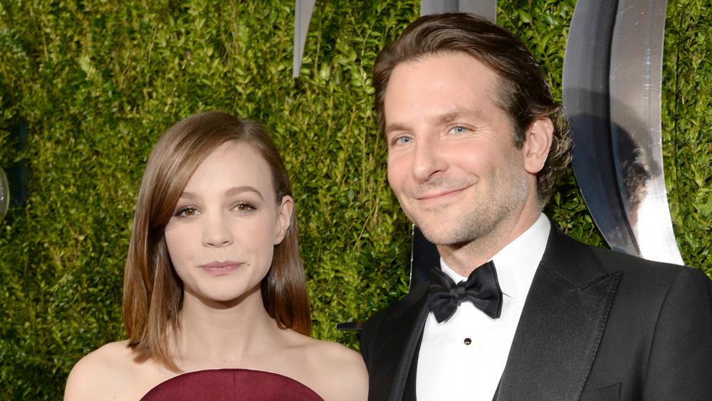Carey Mulligan y Bradley Cooper posando juntos