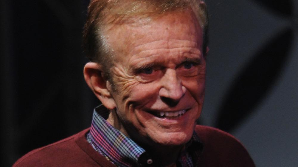 Bob Eubanks en el escenario, sonriendo