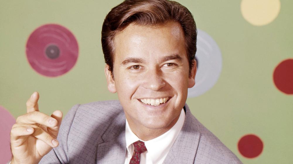 Joven Dick Clark sonriendo