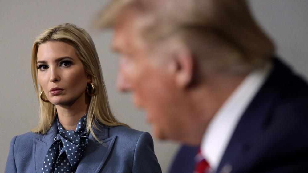 Ivanka Trump mirando a Donald Trump hablando
