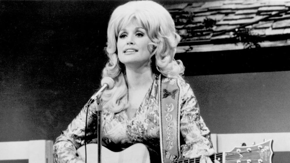 Joven Dolly Parton con guitarra