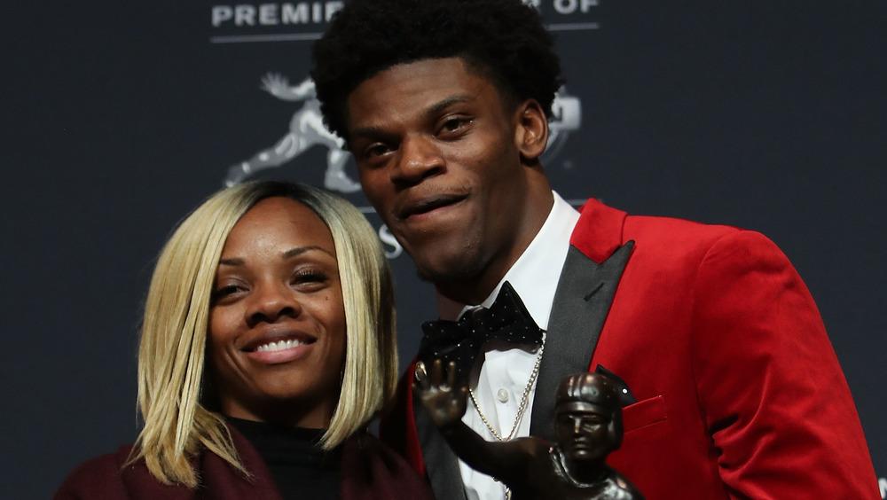 Lamar Jackson y su mamá Felicia Jones posando juntos