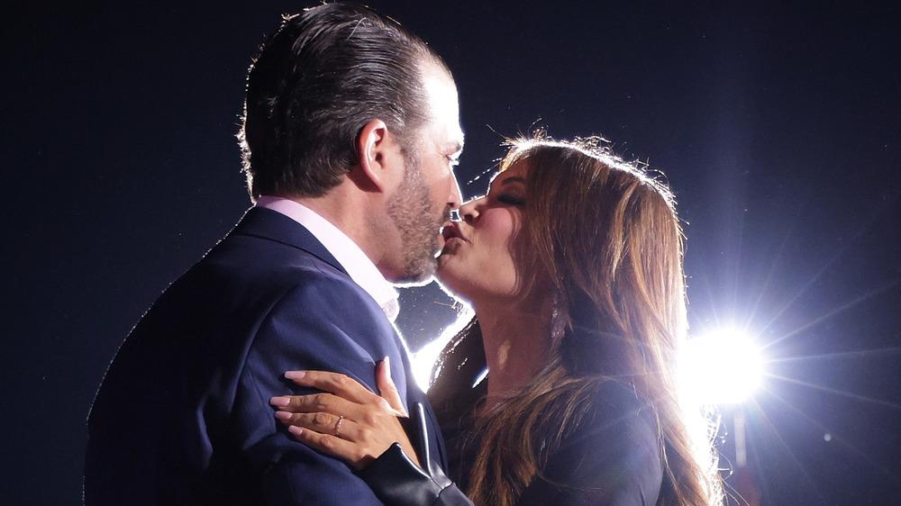 Donald Trump Jr. y Kimberly Guilfoyle besándose
