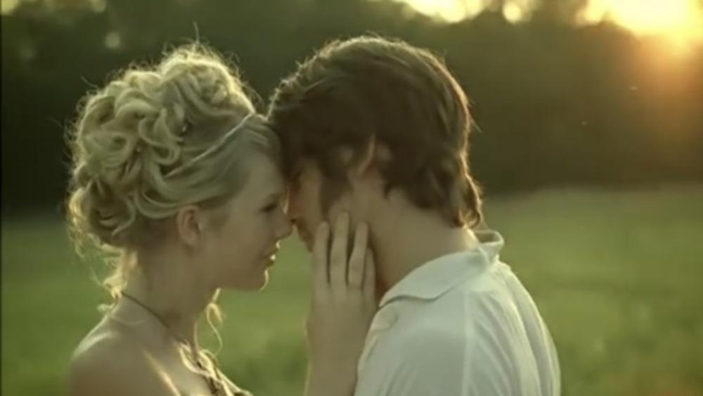 Taylor Swift mira a Justin Gaston en su video musical para Love Story