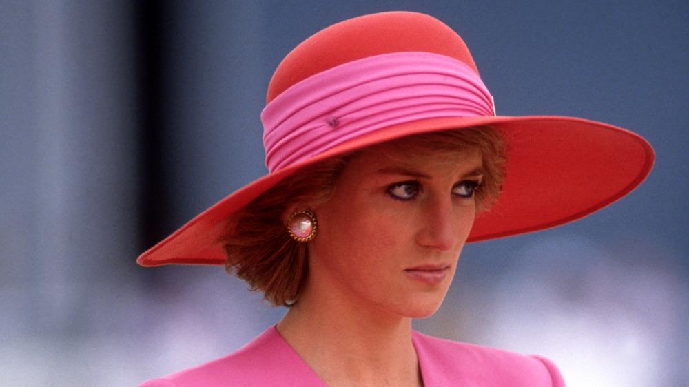 La princesa Diana con un sombrero de ala ancha mirando a lo lejos