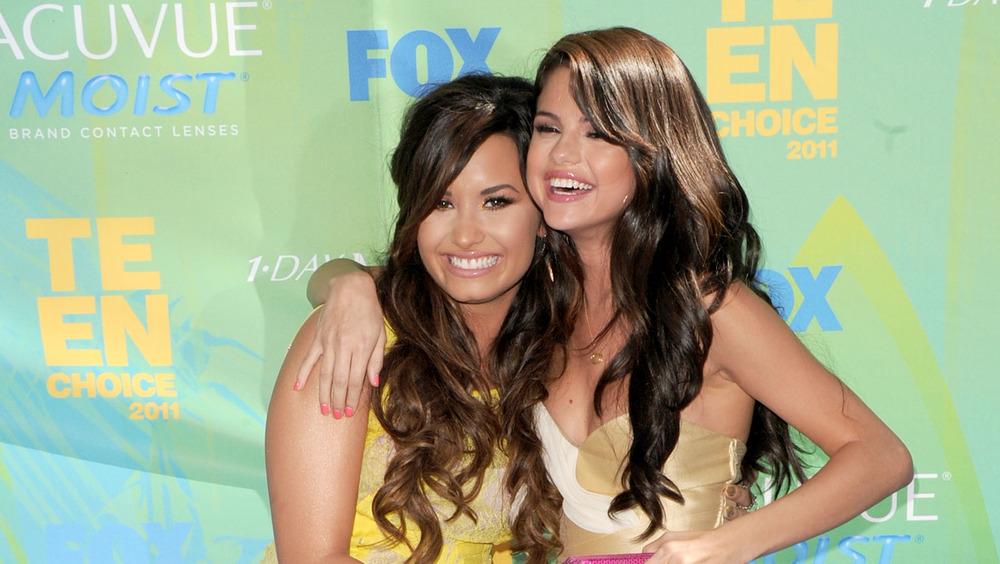 Demi Lovato y Selena Gomez posando juntas en los Teen Choice Awards