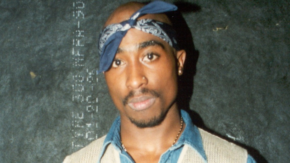 Tupak Shakur con un pañuelo