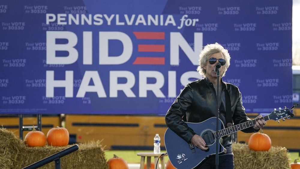 Jon Bon Jovi actúa en un mitin de campaña para Joe Biden