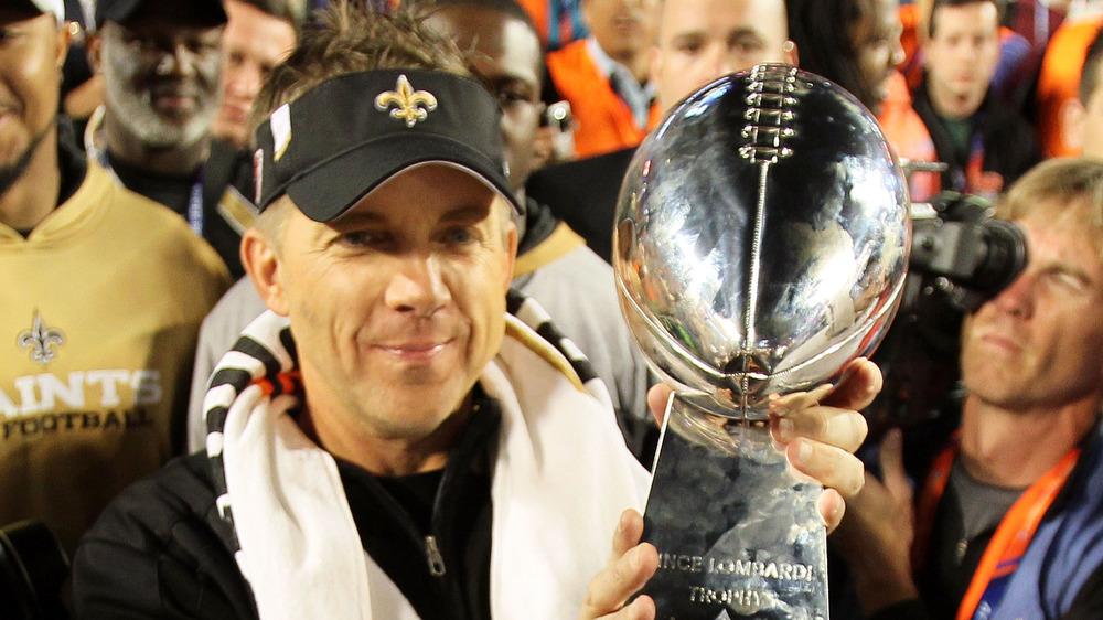 Sean Payton sosteniendo el trofeo del Super Bowl