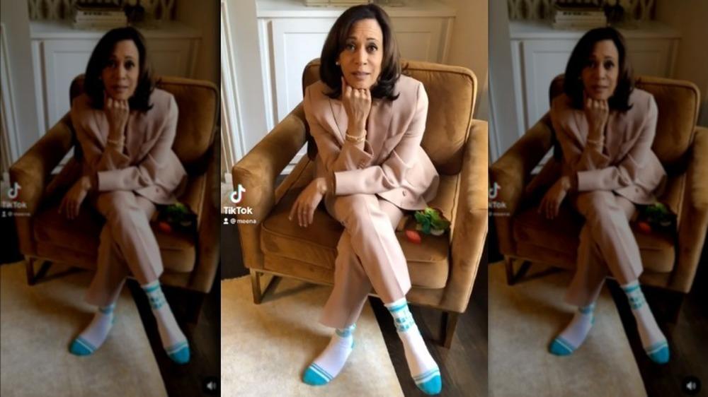 Kamala Harris sentada en una silla en el video de TikTok de su sobrina Meena