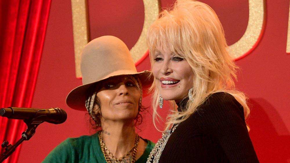Actuación de Dolly Parton y Linda Perry