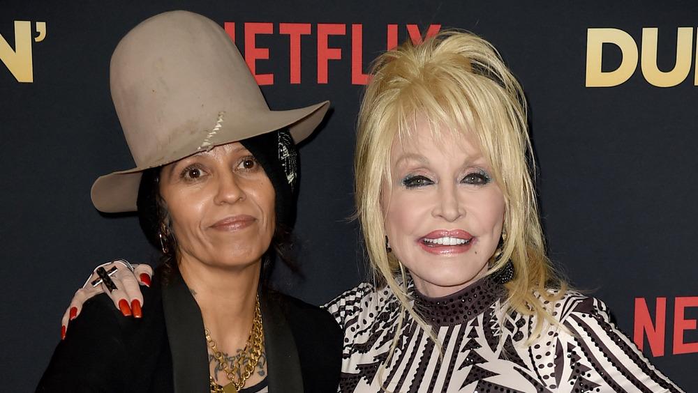 Dolly Parton y Linda Perry posan en el estreno de Dumplin '