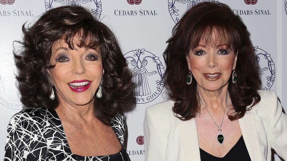 Joan Collins y Jackie Collins sonriendo
