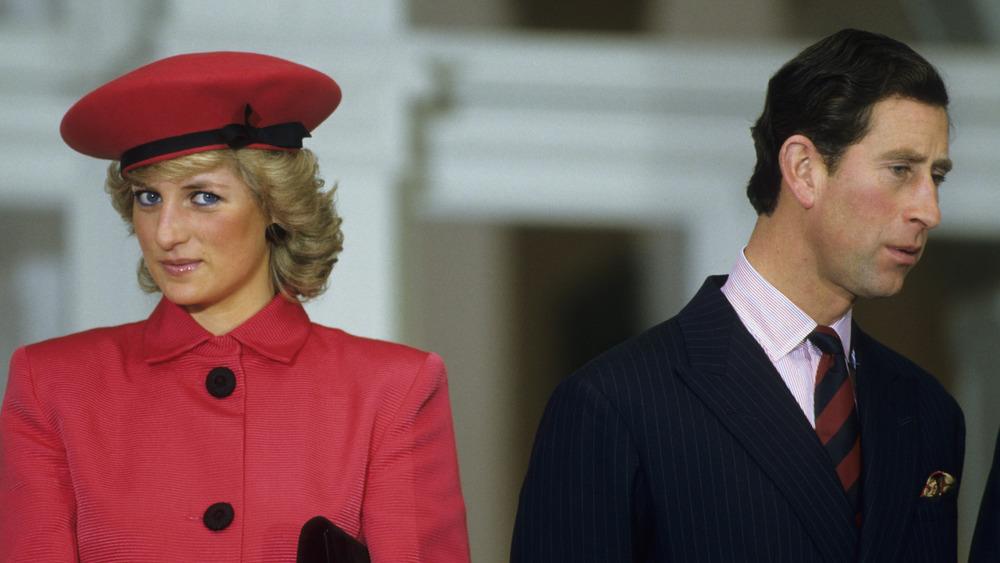 La princesa Diana y el príncipe Carlos miran en direcciones opuestas