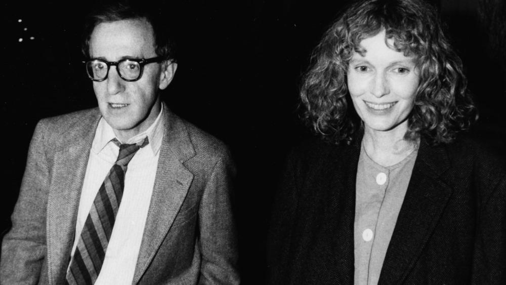 Woody Allen y Mia Farrow caminando juntos