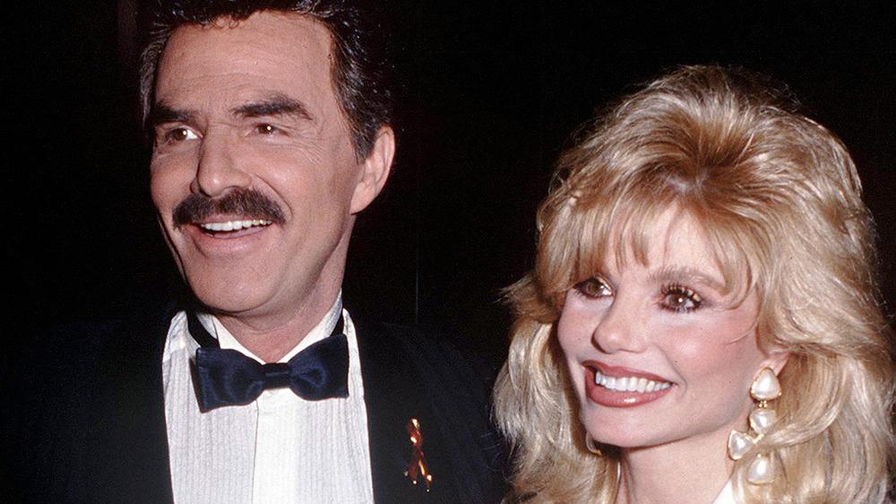 Burt Reynolds y Loni Anderson sonriendo