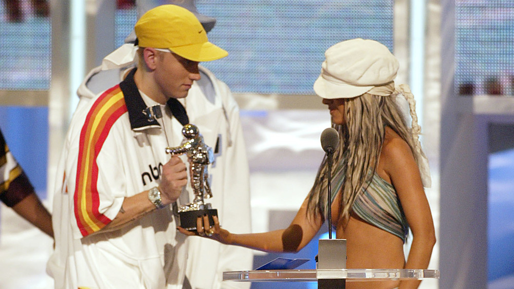 Christina Aguilera entregando un premio a Eminem