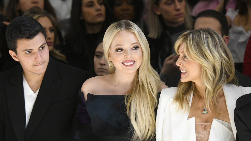 Michael Boulos con Tiffany Trump y Marla Maples en un desfile de moda