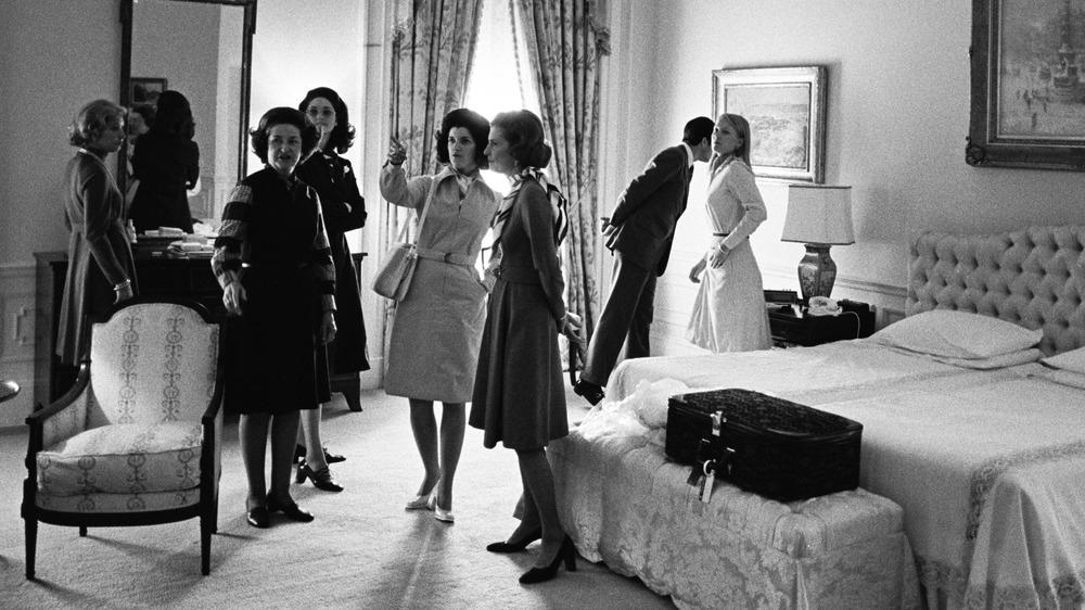 La 33a Primera Dama Betty Ford le dio a Rosalyn Carter un recorrido por la Casa Blanca en 1977