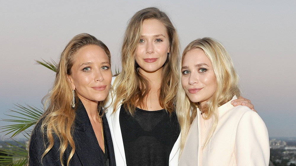 Mary-Kate Olsen, Elizabeth Olsen y Ashley Olsen posando juntas