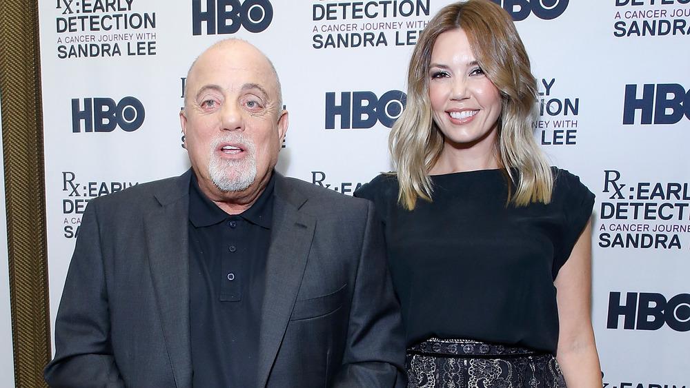 Billy Joel y Alexis Roderick juntos en la alfombra roja