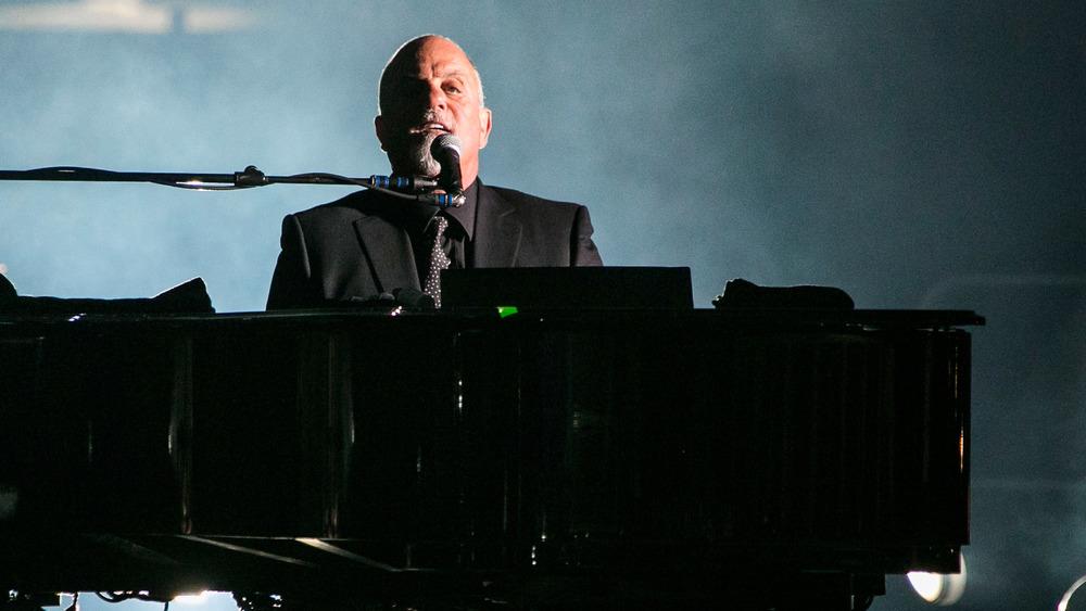 Billy Joel actuando en el escenario