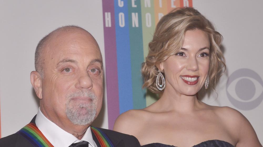 Billy Joel y Alexis Roderick sonriendo juntos