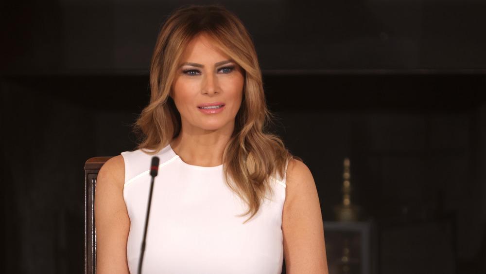 Melania Trump habla por micrófono
