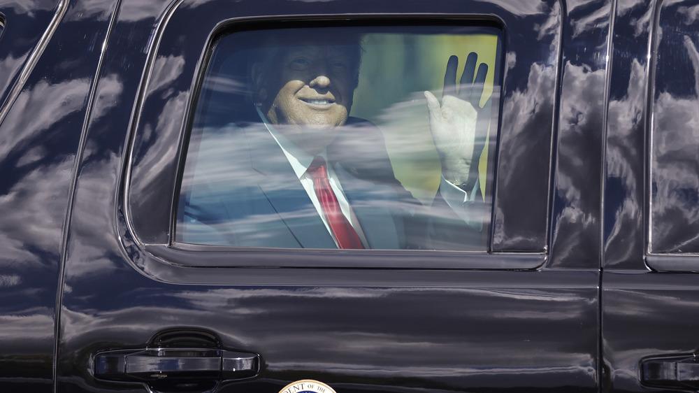 Donald Trump saludando desde el coche