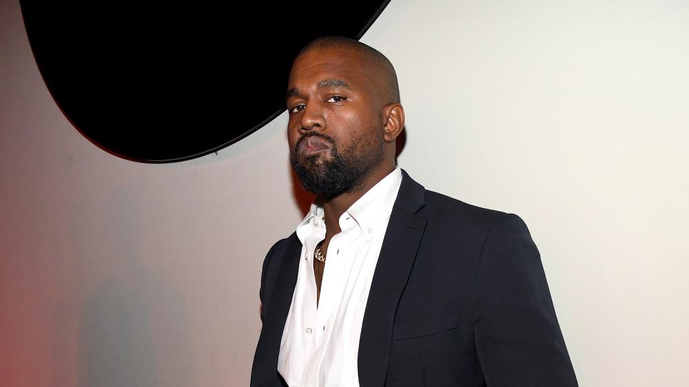 Kanye West con traje
