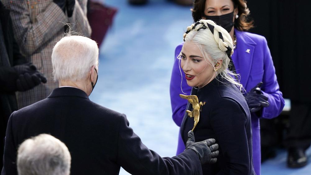 Lady Gaga saluda al presidente Joe Biden