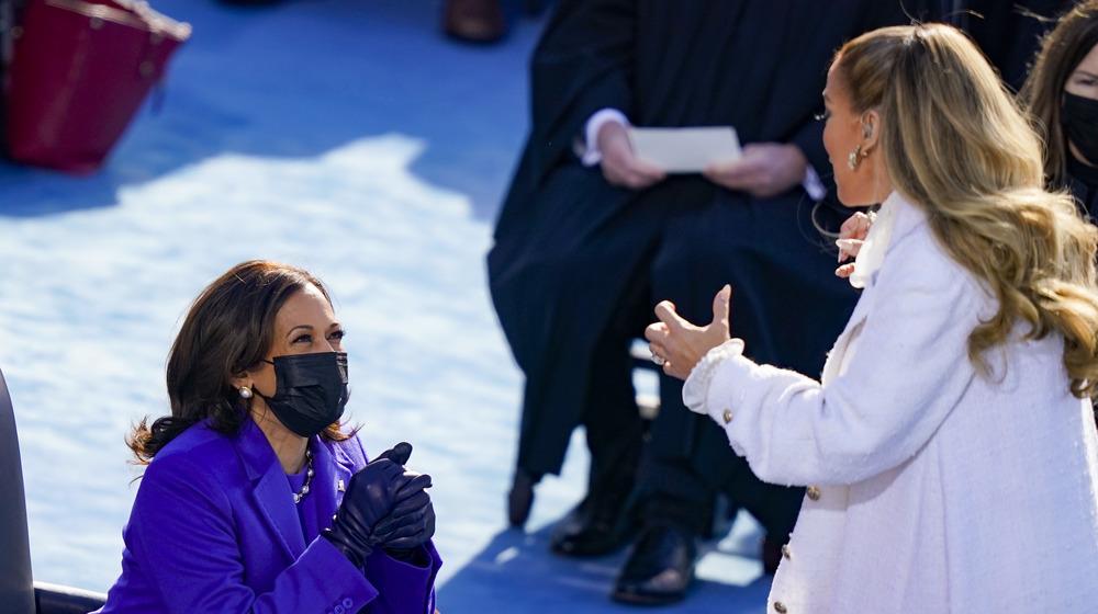 Jennifer Lopez cantando a la vicepresidenta Kamala Harris