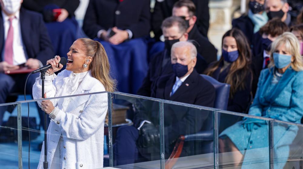 Jennifer Lopez actuando frente a Joe y Jill Biden