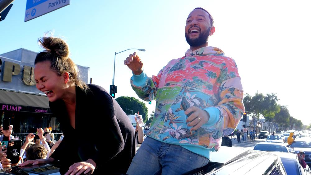 Chrissy Teigen y John Legend asisten a un mitin de Joe Biden