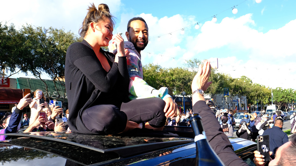 Chrissy Teigen y John Legend celebrando la victoria de Biden en Los Ángeles