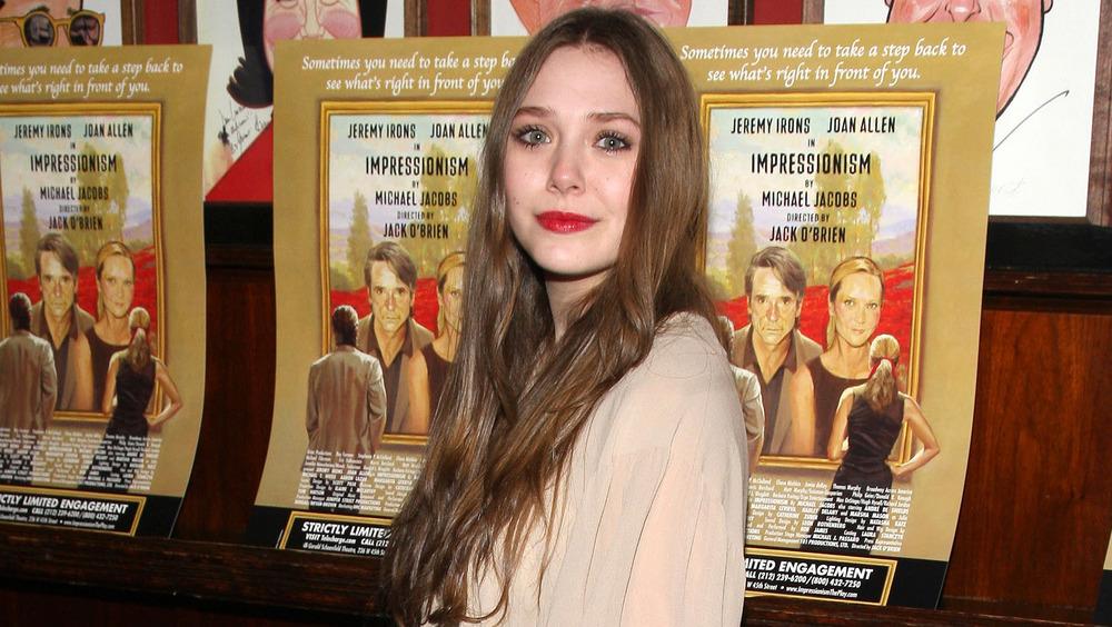 Elizabeth Olsen sonriendo en la alfombra roja del Impresionismo