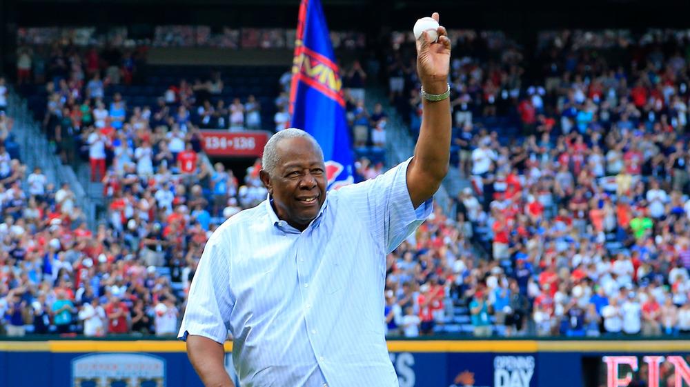 Hank Aaron lanza un lanzamiento de béisbol ceremonial