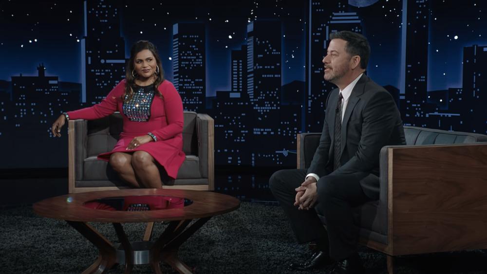 Mindy Kaling y Jimmy Kimmel charlan