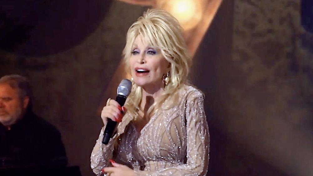 Dolly Parton cantando