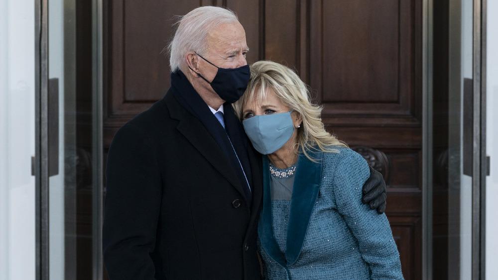 Joe y Jill Biden parados juntos en máscaras