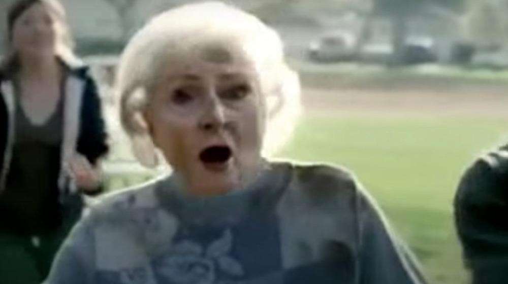 Betty White jugando al fútbol