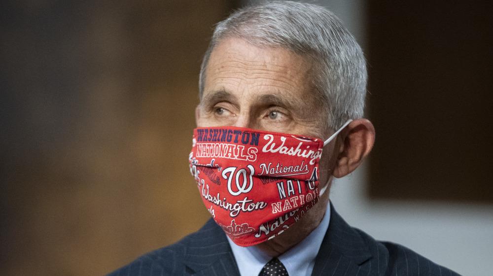 Dr. Fauci en una máscara