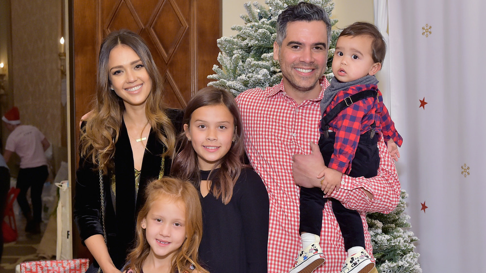 Jessica Alba y Cash Warren con niños