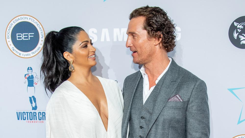 Matthew McConaughey mirando a Camila Alves