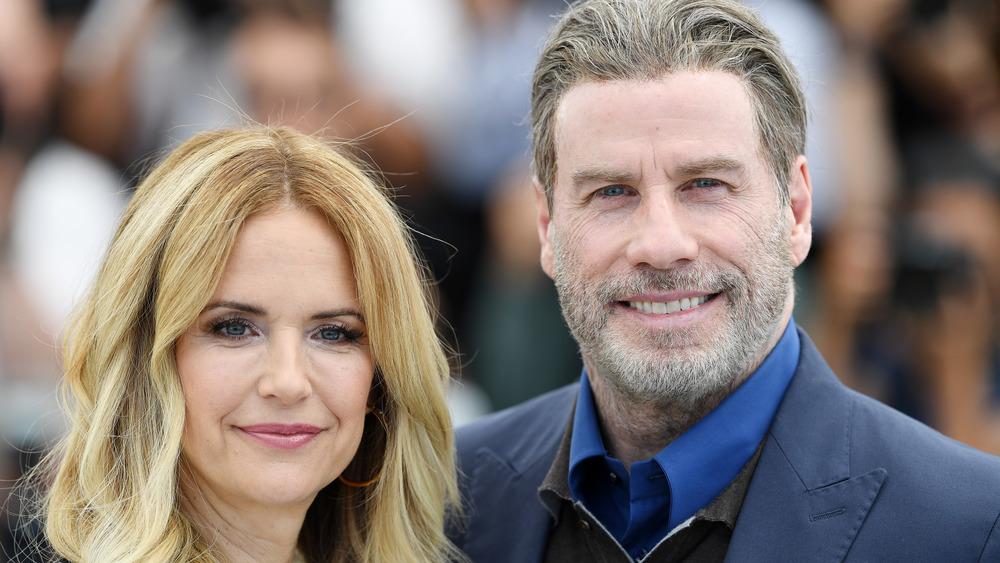 Kelly Preston y John Travolta sonriendo