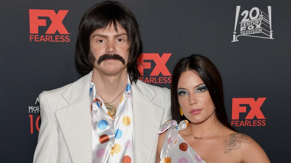 Evan Peters y Halsey en disfraces de Halloween